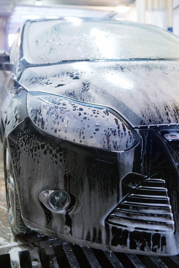 Auto in sanctieprijs bij de autowasserette royalty-vrije stock afbeelding
