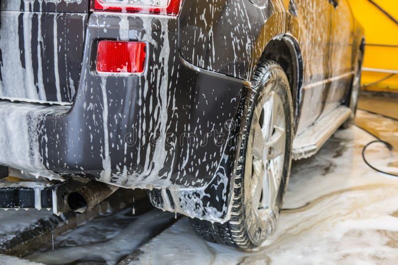Auto in sanctieprijs bij de autowasserette stock fotografie