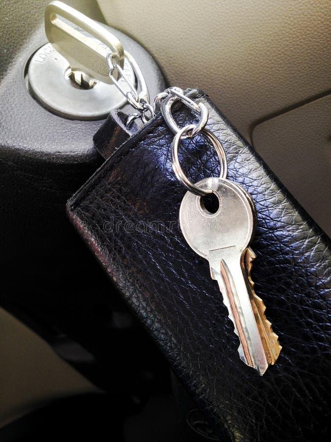 Auto-Schlüssel auf dem Schlüsselloch lizenzfreie stockfotografie