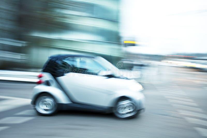 Auto-in Stadt schnell fahren lizenzfreie stockfotos