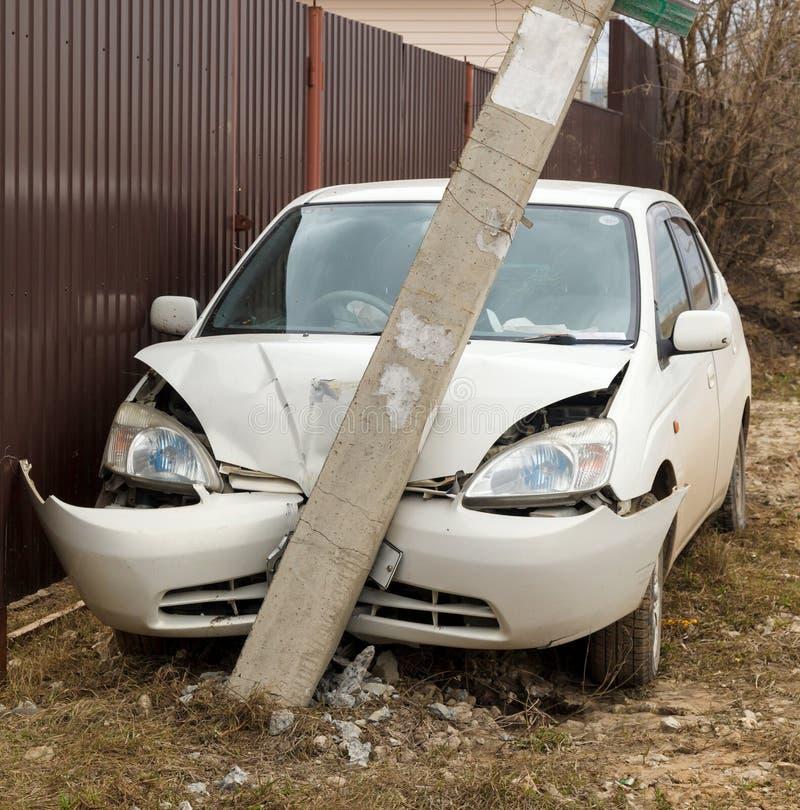 Auto stieß in einen Pfosten zusammen lizenzfreies stockbild