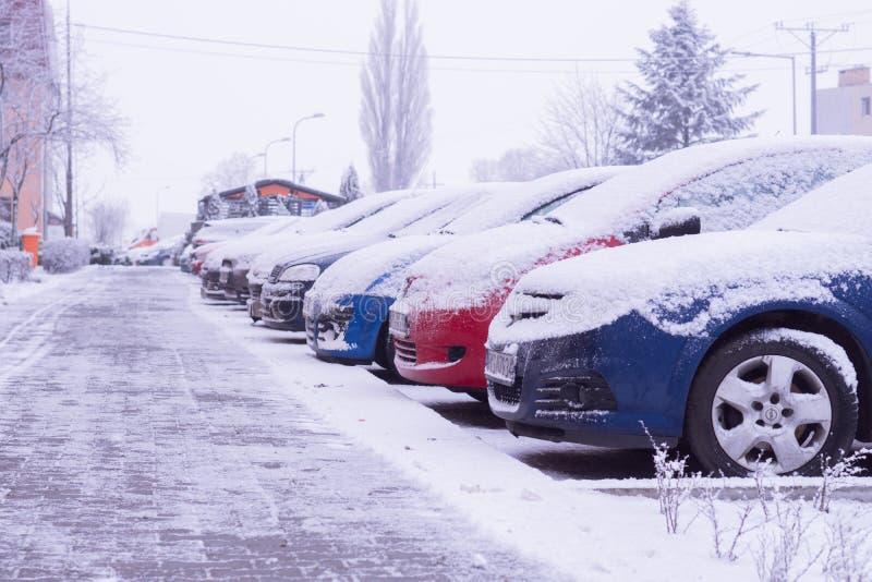 Auto'stribune in het parkeerterrein dichtbij het huis in de winter Koscian poznan 21.01.2018 royalty-vrije stock fotografie
