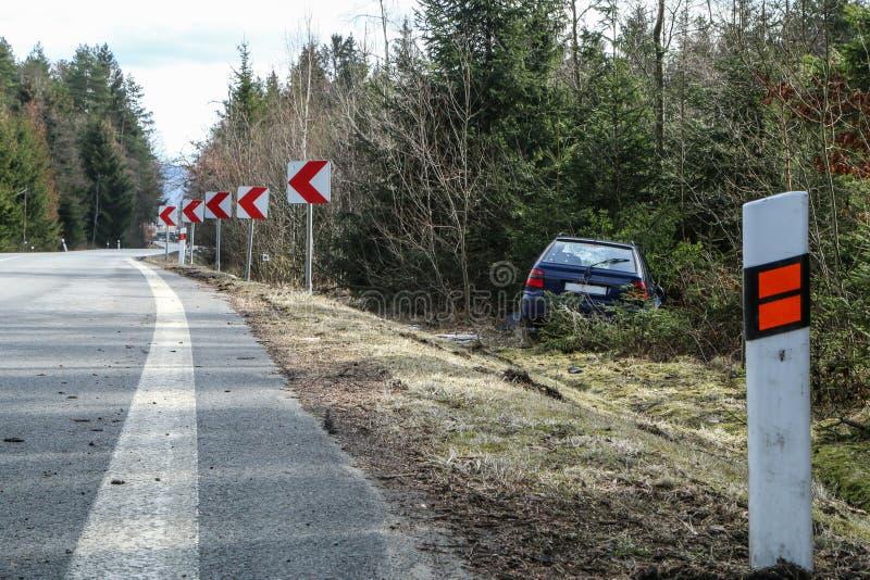 Auto tijdens het verkeersongeval dat wordt vernietigd stock afbeeldingen