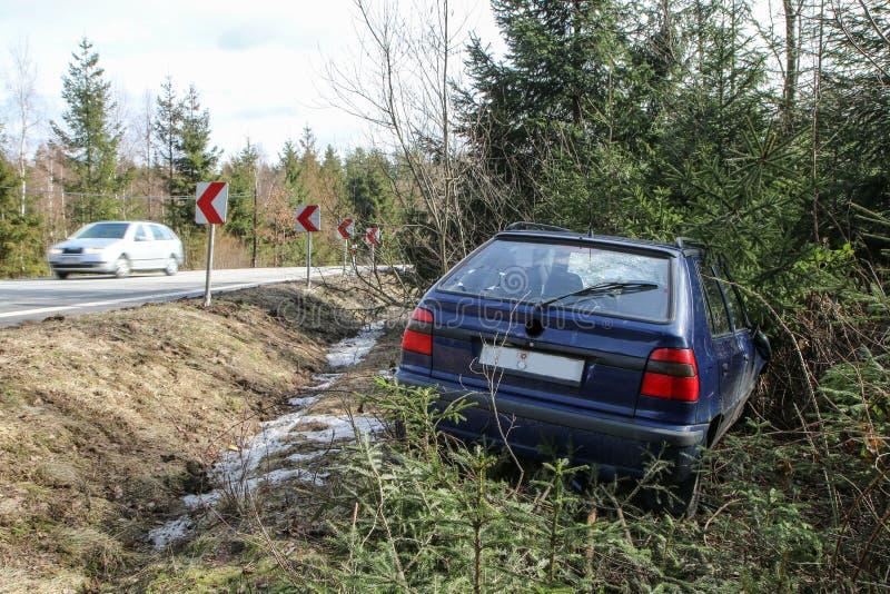 Auto tijdens het verkeersongeval dat wordt vernietigd royalty-vrije stock foto's