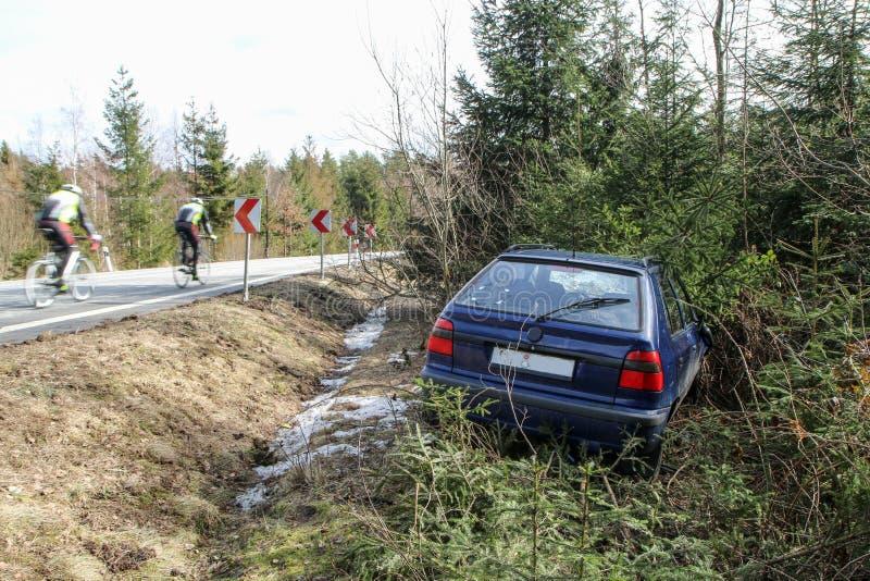 Auto tijdens het verkeersongeval dat wordt vernietigd stock afbeelding