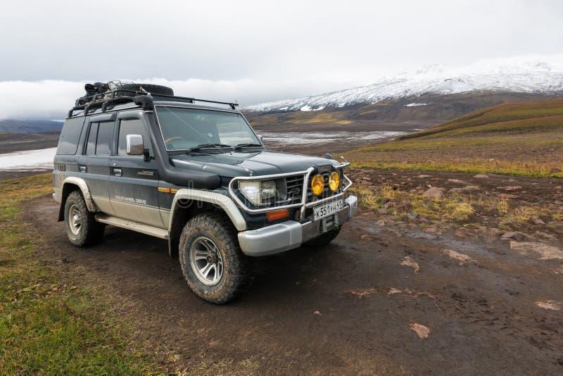 Auto Toyota Land Cruiser Prado da expedição fora de estrada estacionado na estrada da montanha fotos de stock