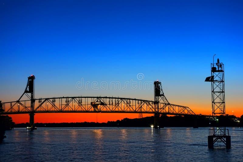 Auto trans.bro för flod korsning på skymning arkivbild