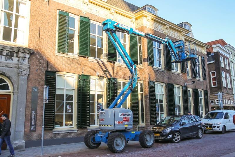 Auto-Turm - Hebemaschine arbeitet an der Straße in Den Bosch stockfotografie