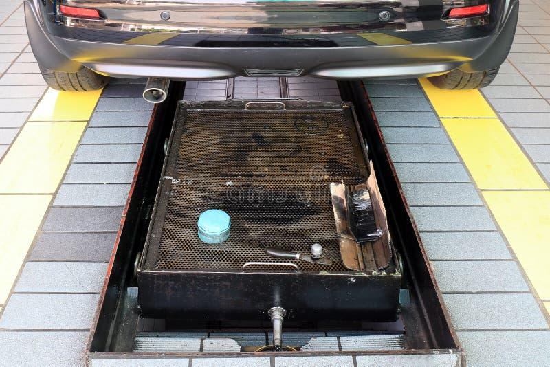 Auto und Inspektionsgrube in der Garage, Grube für Autoreparaturmitte stockfotografie