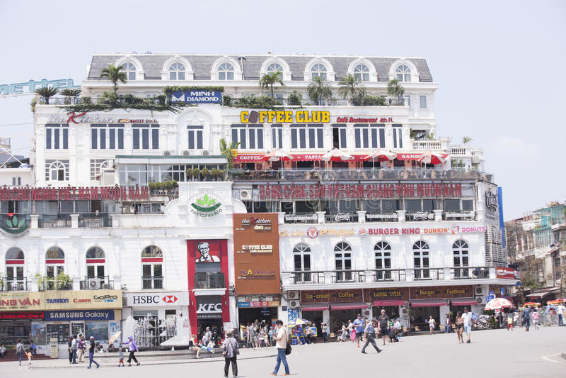 Auto und Leute handeln im Stadtzentrum Typische Cafés und Restaurants lizenzfreie stockbilder