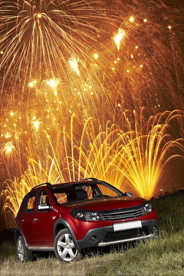Auto unter Feuerwerken stockfotos