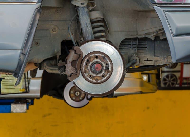 Auto unter Reparatur auf Hebemaschine an der Tankstelle stockfotos