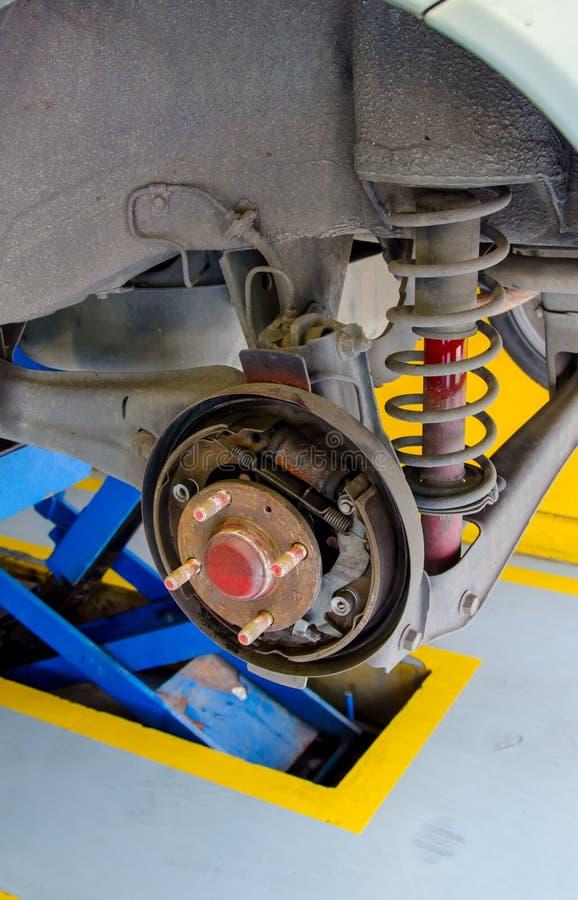 Auto unter Reparatur auf Hebemaschine an der Tankstelle stockbild