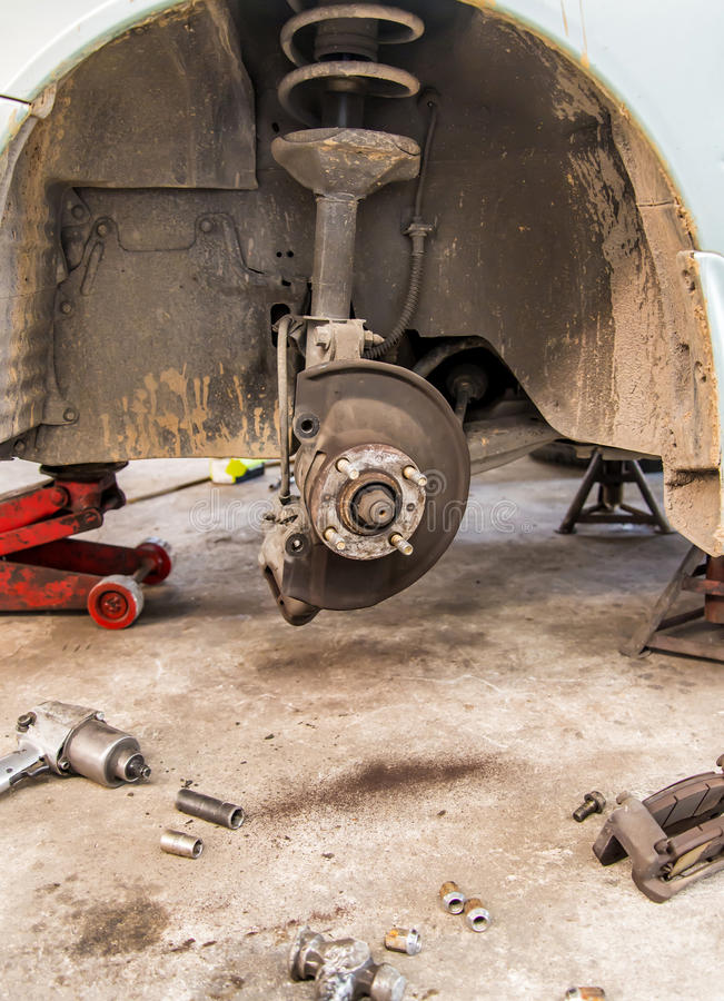 Auto unter Reparatur auf Hebemaschine an der Tankstelle stockfoto