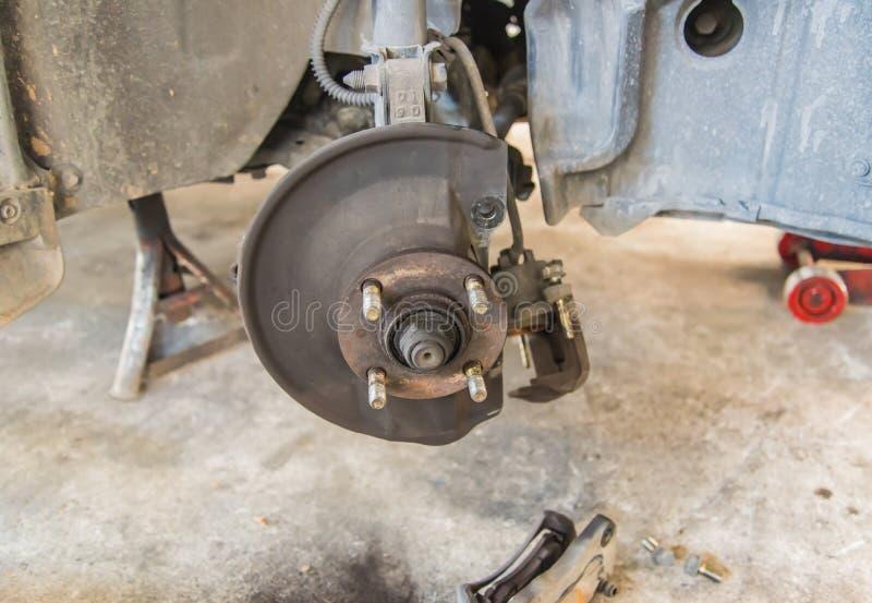 Auto unter Reparatur auf Hebemaschine an der Tankstelle lizenzfreie stockfotografie