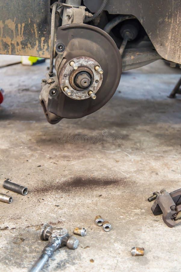 Auto unter Reparatur auf Hebemaschine an der Tankstelle lizenzfreies stockfoto