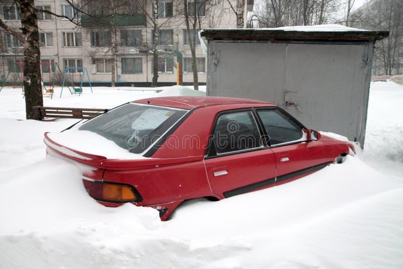 Auto unter Schnee lizenzfreie stockbilder