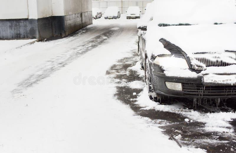 Auto unter Schnee lizenzfreies stockbild