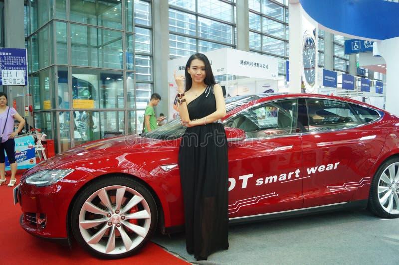 Auto utställning och kvinnlig modell arkivfoton