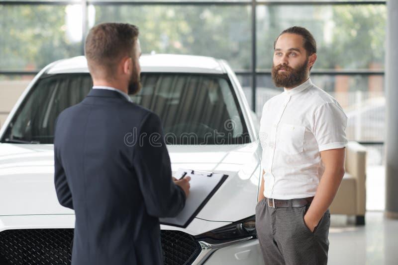 Auto van de manager de verkopende cliënt in autocentrum royalty-vrije stock fotografie