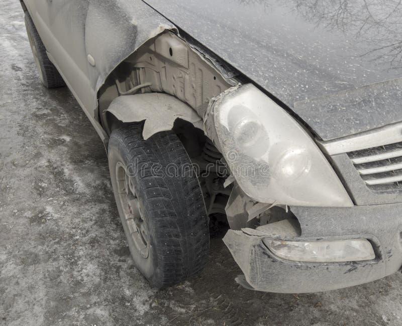 Auto verpletterd detail Voorzijde gebroken deelauto stock afbeelding