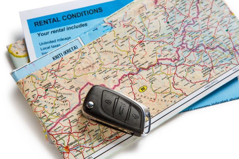 Auto verre sleutel, kaart en huurovereenkomst stock foto