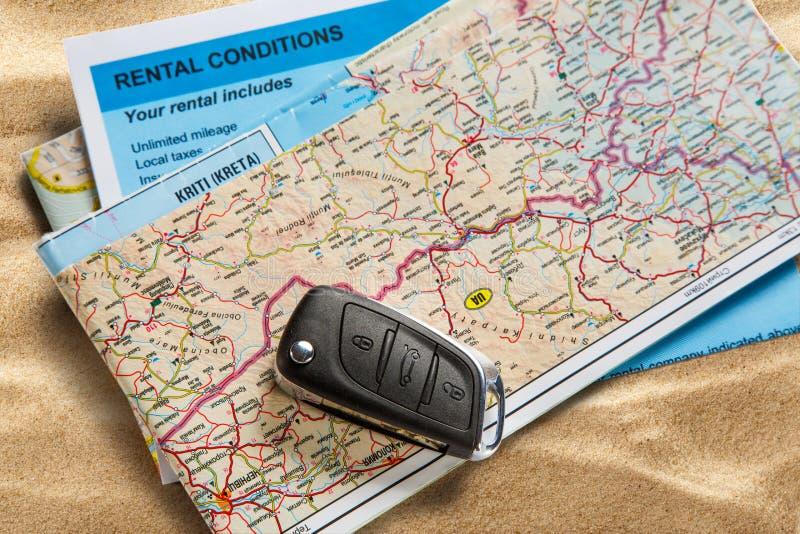 Auto verre sleutel op kaart en huurovereenkomst stock fotografie