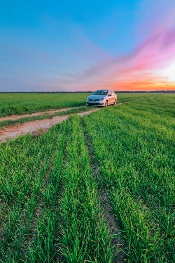 Auto Volkswagen Polo Vento op een landweg tegen de achtergrond royalty-vrije stock afbeeldingen