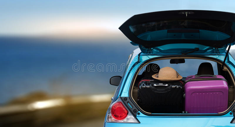 Auto voll und Taschen, zum von den Sommerferien zurückzugehen überbelasteter Ca lizenzfreies stockbild