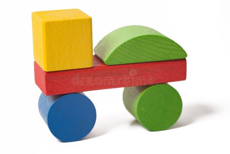 Auto von den bunten hölzernen Spielzeugblöcken stockfotos