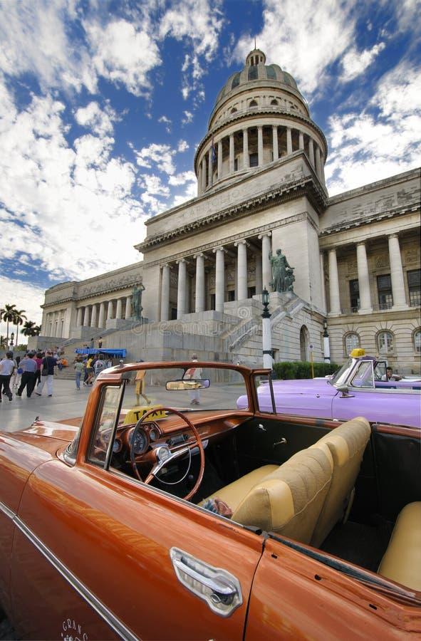 Auto voor Capitool in Havana. stock foto