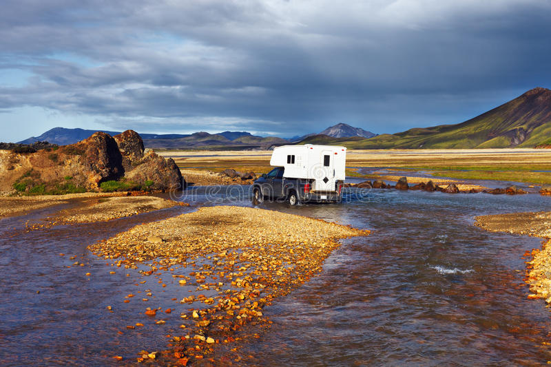 Auto watet Fluss in Landmannalaugar, Island stockfotos