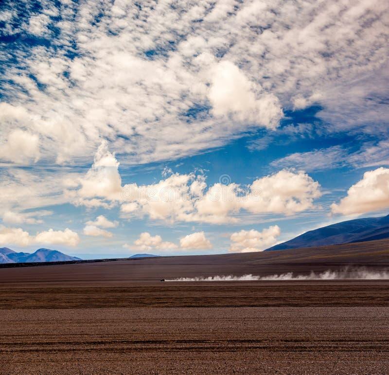 Auto weit weg in der Wüste stockfotos