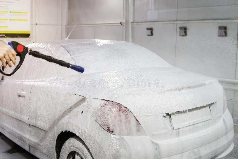 Auto wird mit Schaum bedeckt, um das Auto zu waschen Automatische Auto-W?sche Shampoo für Autos Reinigungsproze? Selbstbedienung stockfoto