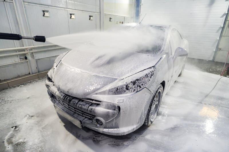 Auto wird mit Schaum bedeckt, um das Auto zu waschen Automatische Auto-W?sche Shampoo für Autos Reinigungsproze? Selbstbedienung lizenzfreies stockfoto