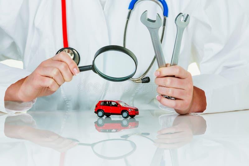 Auto wird von Doktor überprüft stockbild