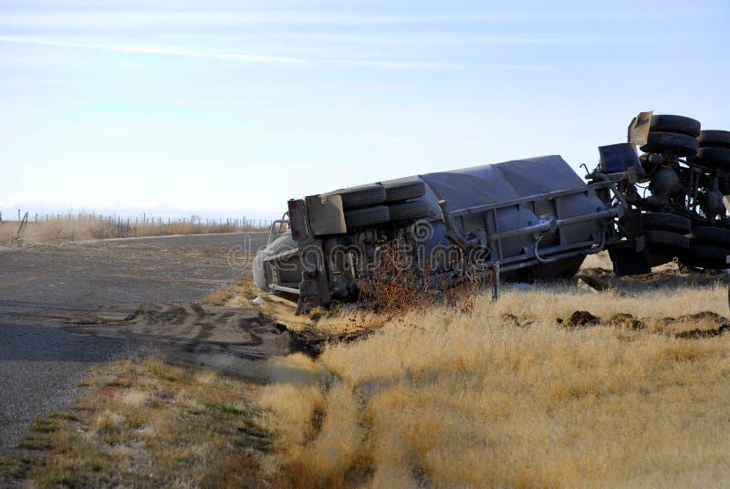 Auto-Wrack-halb LKW gerollt über dem Absturz zerschmettert ruiniert stockbilder
