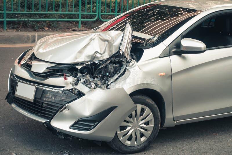 Auto zerschmetterte Unfall auf dem Straßen- und Effektschaden nach colli stockfotos