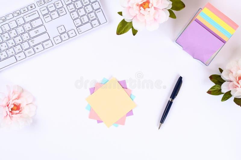 Autoadesivi appiccicosi multicolori della nota su un desktop bianco accanto ad una tazza da caffè e ad una tastiera Vista superio fotografia stock libera da diritti
