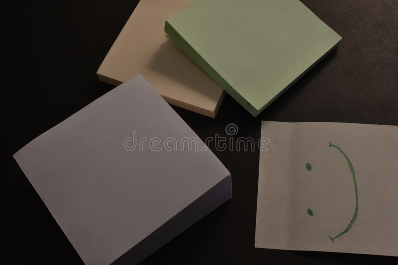 Autoadesivi di carta dell'ufficio su fondo nero illustrazione di stock