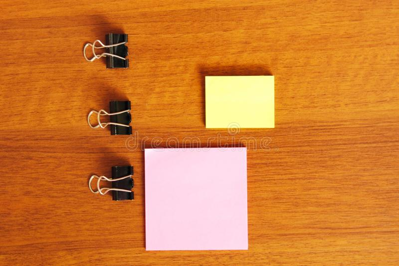 Autoadesivi per le note su un fondo di legno immagini stock