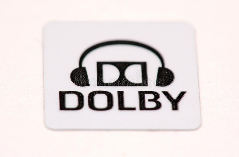 Autoadesivo con il marchio di dolby ed autoadesivo del testo su bianco immagine stock libera da diritti
