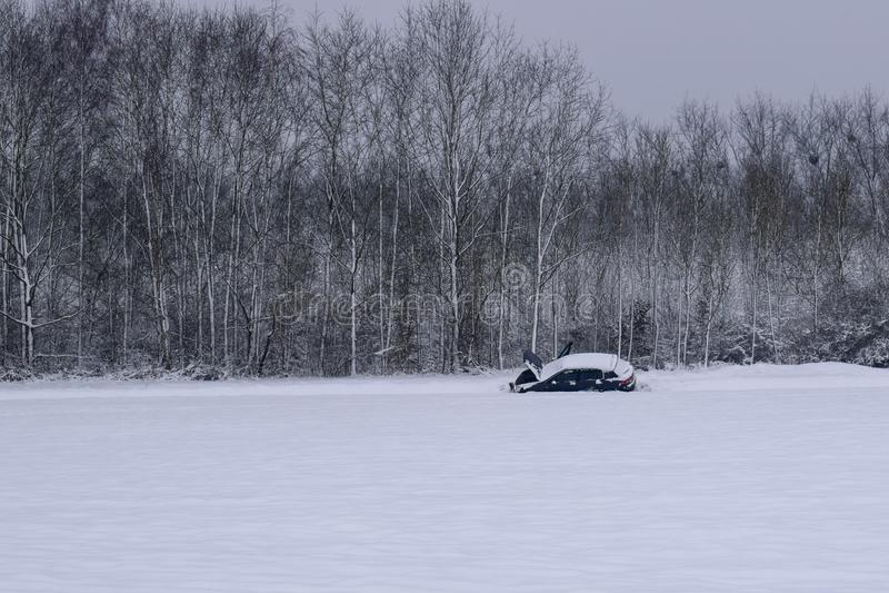 Autoanalyse in Sneeuwweg/Landschap in Frans Platteland tijdens de Winter stock foto