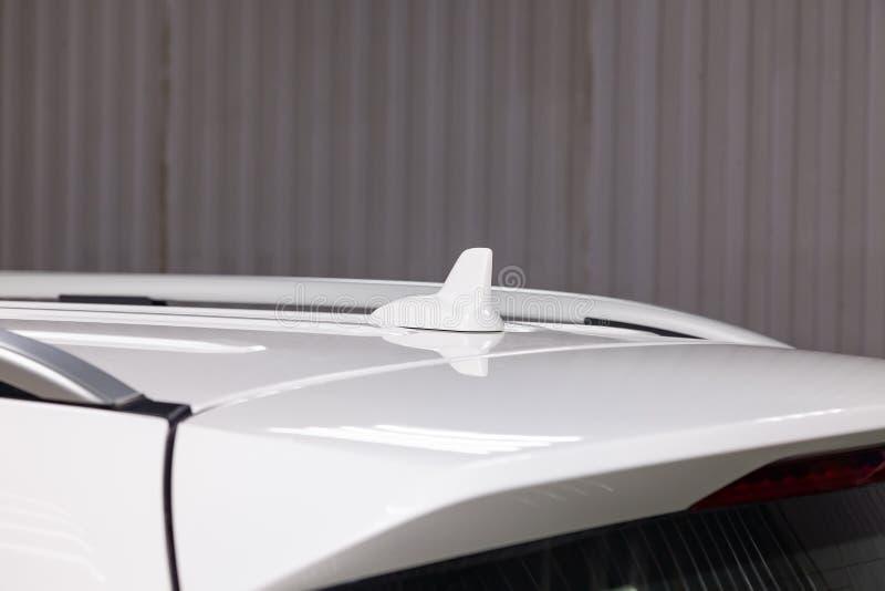 Autoantenne auf dem Dach eines weißen Autos für das Signalisieren von gps, bluetooth lizenzfreies stockbild