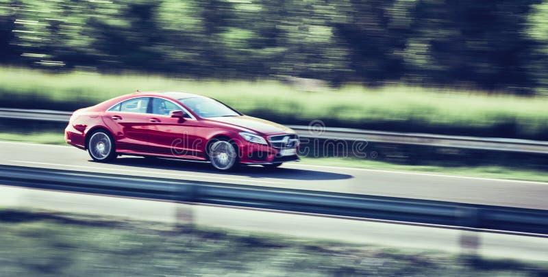 Autoauf Landstraßenbewegungsunschärfe schnell fahren stockfoto