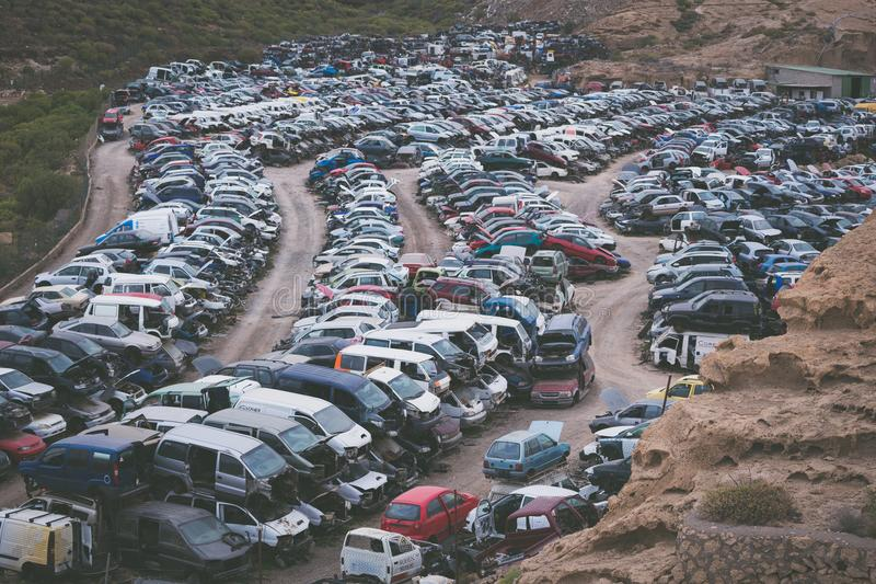 Autoautofriedhof mit vielen vergessenen WrackPersonenkraftwagen lizenzfreie stockbilder