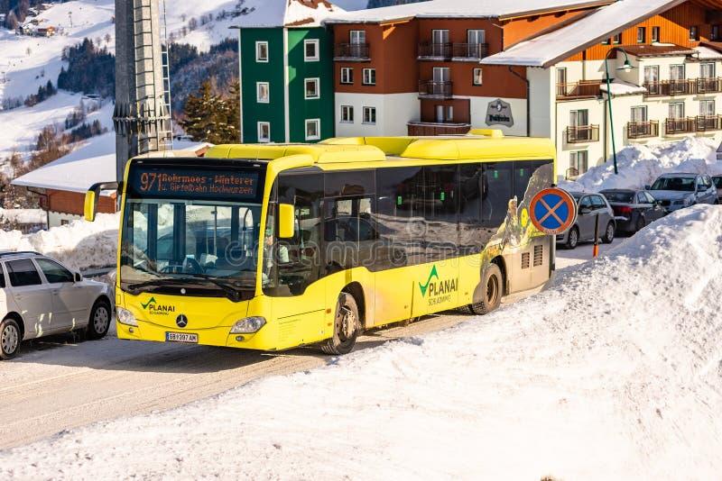 Autobús amarillo del esquí de Mercedes en la región Schladming-Dachstein, macizo de Dachstein, distrito de Liezen, Estiria, Austr imágenes de archivo libres de regalías