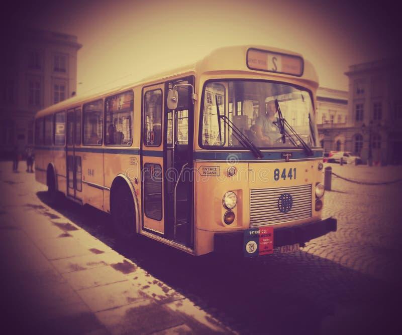 Autobús amarillo viejo en el cuadrado real, Bruselas fotografía de archivo