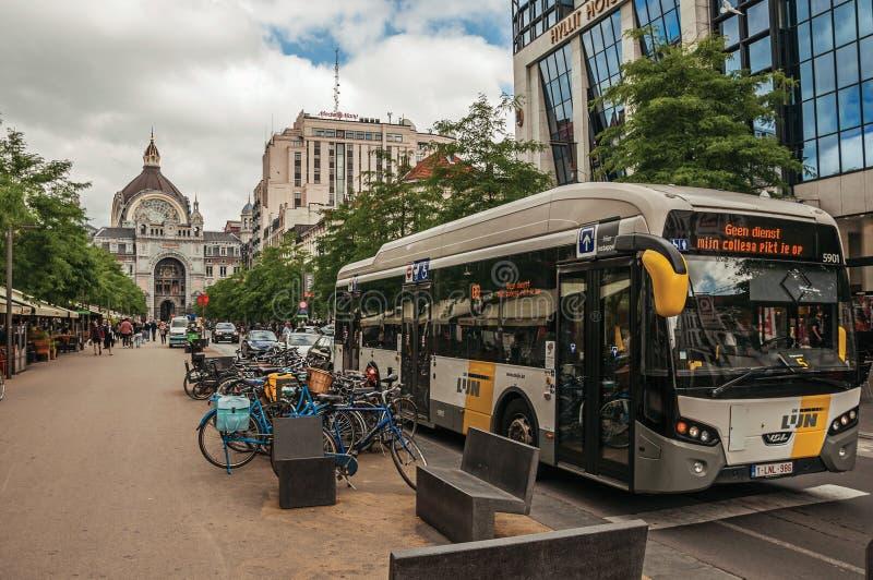 Autobús, bicis y fachada central de la estación de tren en Amberes foto de archivo