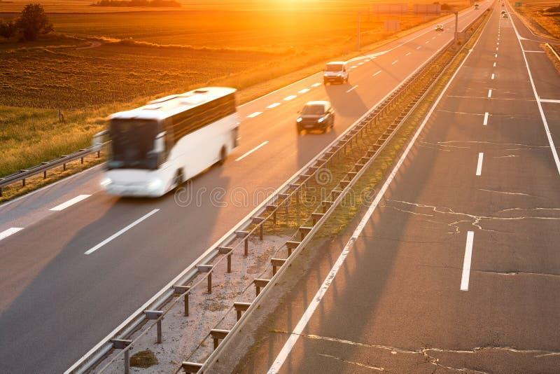 Autobús blanco en la falta de definición de movimiento en la carretera imagen de archivo libre de regalías
